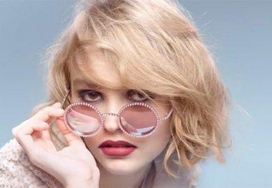 Lily Rose Depp testimonial degli occhiali Chanel<!--:--><!--:en-->Lily Rose Depp is the new face of Chanel eyewear
